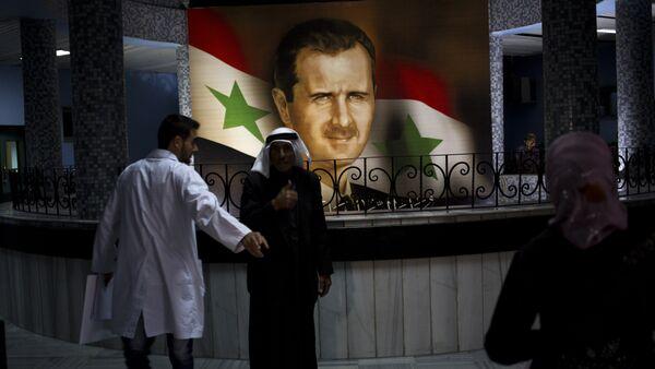 Ljudi šetaju pored portreta predsednika Bašara el Asada u Damasku , Sirija, nedelja, 4. maja 2014. godine - Sputnik Srbija