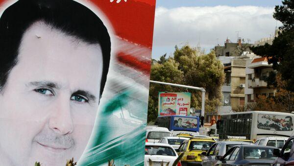 Билборд са портретом сиријскиг председника Башара ел Асада у граду Дамаску - Sputnik Србија