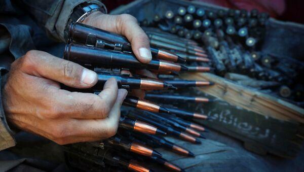Војник припрема појас муниције. - Sputnik Србија