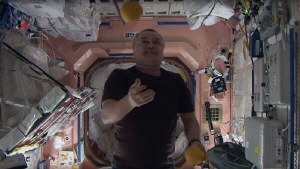 Žongliranje pomorandži u svemiru - Sputnik Srbija