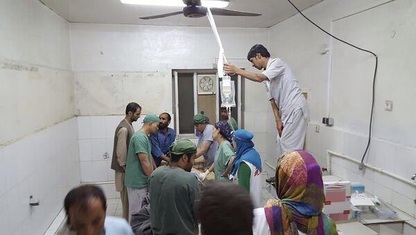 Лекари реагују после вездучнохг напада америчких авиона, на  болницу у Кундузу, Авганистан - Sputnik Србија