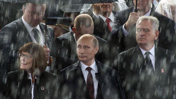 Президент России Владимир Путин и президент Сербии Томислав Николич на военном параде Шаг победителя в Белграде - Sputnik Србија