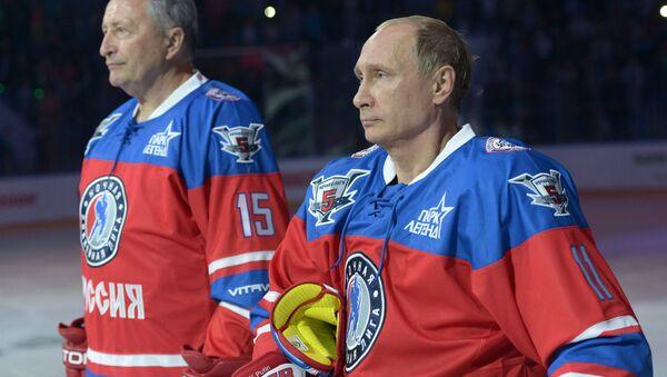 Руски председник Владимир Путин и легенда хокеја на леду Александар Јакушев - Sputnik Србија