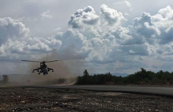 """Руски војни хеликоптер Ми-24 узлеће на борбени задатак са аеродрома """"Хмејмим"""" у Сирији. - Sputnik Србија"""