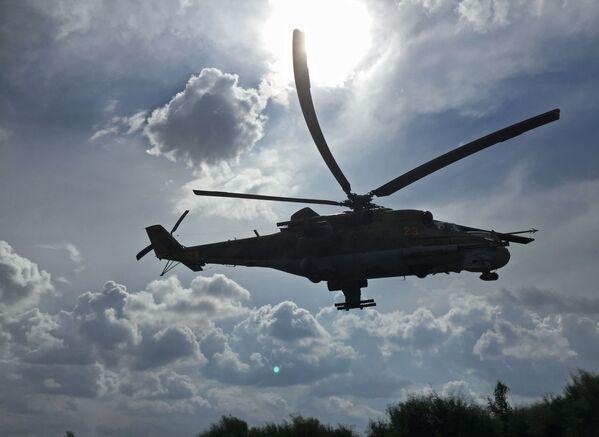 """Руски војни хеликоптер Ми-24 над аеродромом """"Хмејмим"""" у Сирији - Sputnik Србија"""