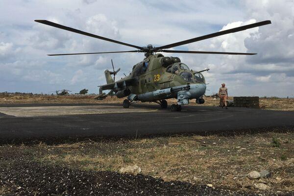 """Техничко особље испред руског војног хеликоптера Ми-24 на аеродрому """"Хмејмим"""" у Сирији - Sputnik Србија"""
