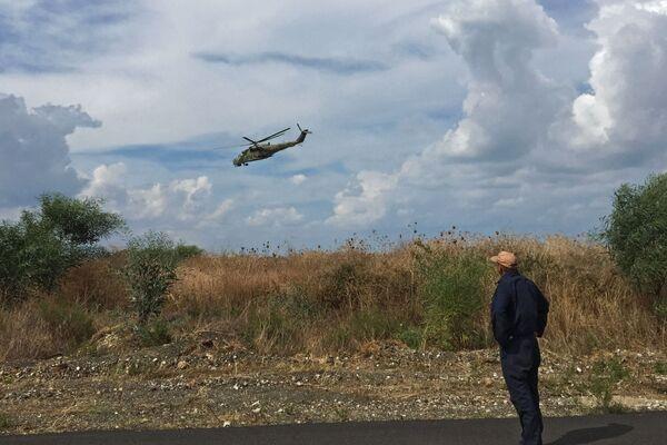 """Руски војни хеликоптер Ми-24 над аеродромом """"Хмејмим"""" у Сирији. - Sputnik Србија"""