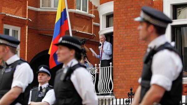Džulijan Asanž daje izjavu novinarima u ambasadi Ekvadora u Londonu. - Sputnik Srbija