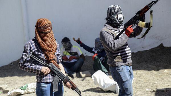 Naoružani pripadnik Kurdistanske radničke partije stoji iza barikade tokom sukoba sa turskim snagama 28. septembra 2015, u Bismilu u Dijarbakiru. - Sputnik Srbija