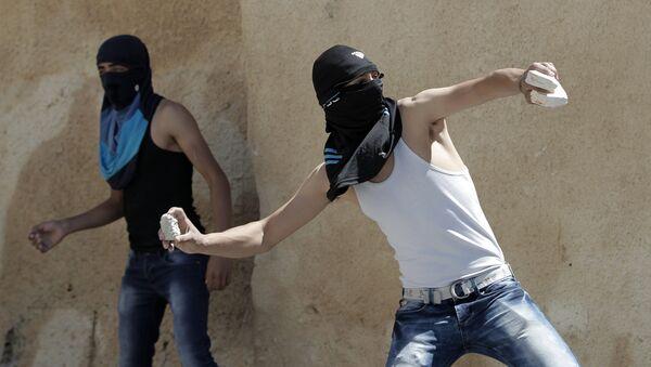 Palestinci bacaju kamenje prema izraelskoj graničnoj policiji - Sputnik Srbija