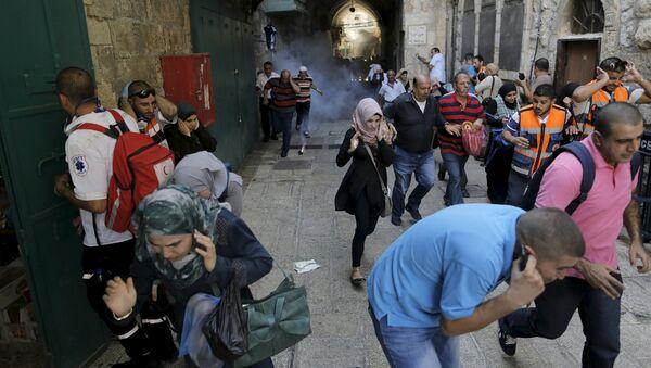 Палестински демонстранти беже пошто је израелска полиција бацила шок бомбу у Јерусалиму, у Старом граду - Sputnik Србија
