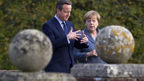 Британски премијер Дејвид Камерон (л) и немачка канцеларка Ангела Меркел. - Sputnik Србија