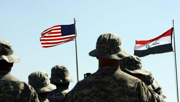 Амерички војници стоје у ставу мирно испред америчких и ирачких (Д) заставама током церемоније примопредаје у близини ирачког града Хавија - Sputnik Србија