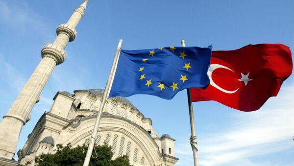 Заставе Турске и Европске уније се виде испред џамије у Истанбулу, Турска - Sputnik Србија