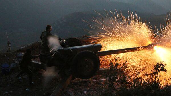 Sirijska vojska puca iz topa u Latakija provinciji, oko 12 km od granice sa Turskom u Siriji - Sputnik Srbija