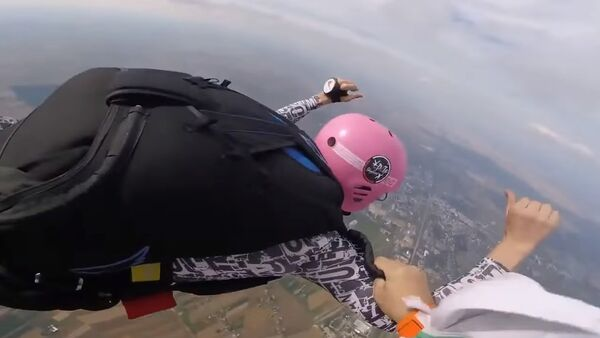Skydiving father saves son in mid-air - Sputnik Србија
