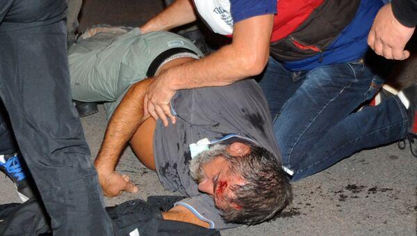 Црногорски грађанин лежи на земљи после сукоба са полицајцима у Подгорици 18. октобра, 2015. - Sputnik Србија