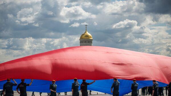Zaposleni u Ministarstvu za vanredne situacije razvijaju veliku rusku zastavu - Sputnik Srbija