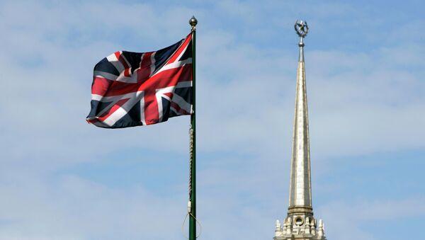 Британска национална застава лелуја испред Британске амбасаде  у центру Москве - Sputnik Србија