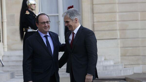 Francuski predsednik Fransoa Oland (l) pozdravlja se austrijskim kancelar Verner Fajman u Jelisejskoj palati u Parizu, Francuska, 30. oktobra, 2015. - Sputnik Srbija