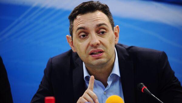 Ministar za rad, zapošljavanje, boračka i socijalna pitanja Aleksandar Vulin na Sajmu knjiga u Beogradu - Sputnik Srbija
