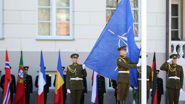 Litvanski vojnici podižu  NATO zastavu - Sputnik Srbija