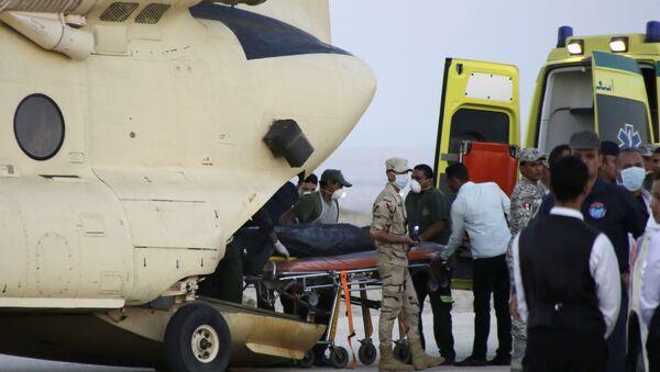 Tela nastradalih u avionskoj nesreći na aerodromu u Suecu. - Sputnik Srbija