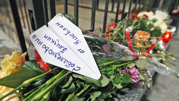 Građani Kijeva ostavili cveće i sveće ispred ruske ambasade u Kijevu. - Sputnik Srbija