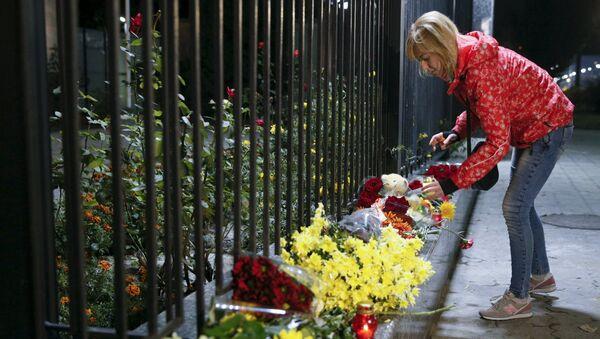 Žena stavlja sveće za žrtve ruskog avioprevoznika koji je pao u Egiptu, ispred ruske ambasade u Kijevu, Ukrajina 31. oktobra, 2015 - Sputnik Srbija