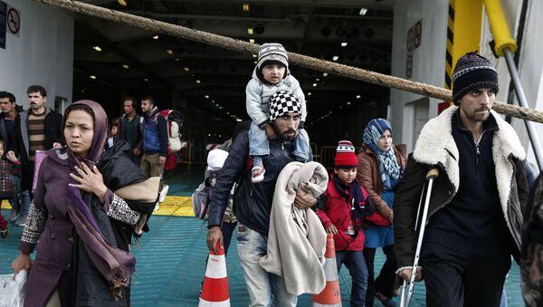 Izbeglice iz Sirije u atinskoj luci Pirej 1. novembra 2015. - Sputnik Srbija