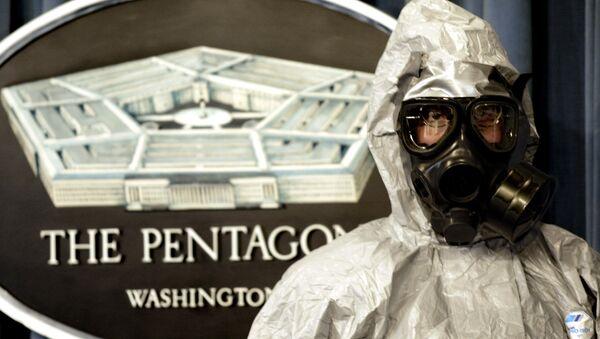 Član jedinice američke vojske ispred znaka Pentagona - Sputnik Srbija