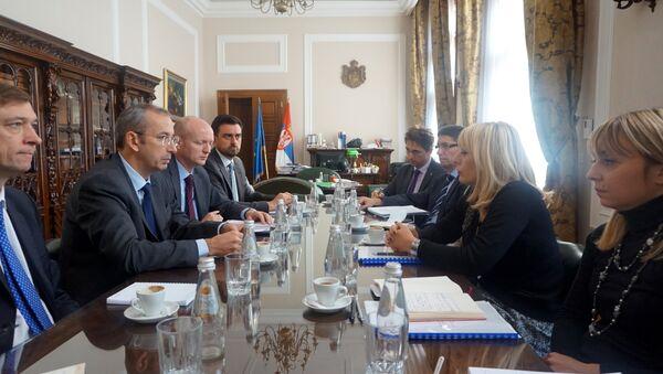 Ministarka zadužena za evropske integracije u Vladi Srbije Jadranka Joksimović (2D) sastala se danas sa šefom Delegacije EU u Srbiji, ambasadorom Majklom Devenportom (2L) - Sputnik Srbija
