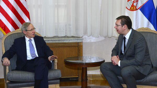 Ambasador SAD u Srbiji Majkl Kirbi i premijer Srbije Aleksandar Vučić - Sputnik Srbija