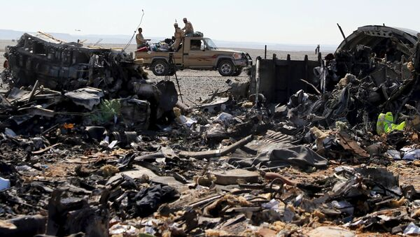 The remains of a Russian airliner are seen as an army vehicle guards the crash site in the al-Hasanah area in El Arish city, north Egypt - Sputnik Srbija