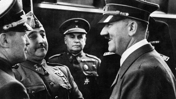 Adolf Hitler se rukuje sa španskim generalom Frančeskom Frankom - Sputnik Srbija