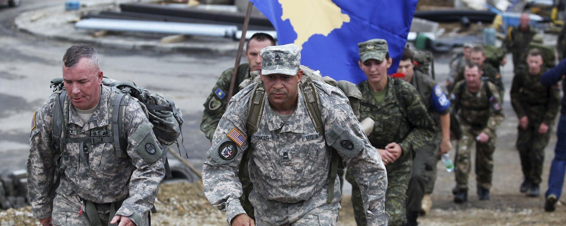Два америчка војника марширају припадника испред Косовских безбедносних снага (КБС) који носе  заставу самопроглашеног Косова  - Sputnik Србија, 1920, 02.01.2021