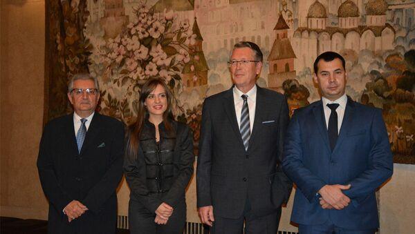 Ambasador Aleksandar Čepurin sa pripadnicima Srpkog sabora Zavetnici Milicom Đurđević i Stefanom Stamenkovskim - Sputnik Srbija