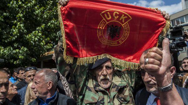 Човек маше заставом терористичке организације УЧК - Sputnik Србија