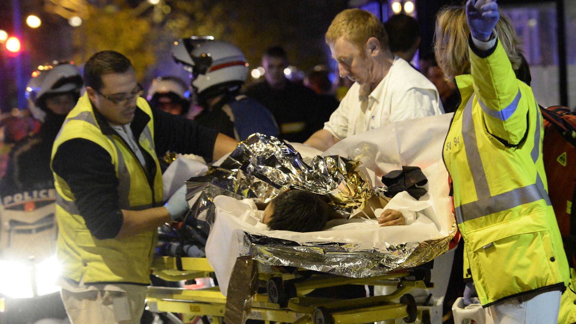 Spasioci spasavaju žrtve posle terorističkog napada u Parizu - Sputnik Srbija, 1920, 15.09.2021