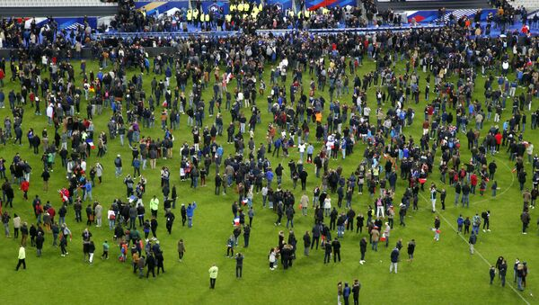 Ispugannыe lюdi na stadione Stade de France, okolo kotorogo proizošli vzrыvы - Sputnik Srbija