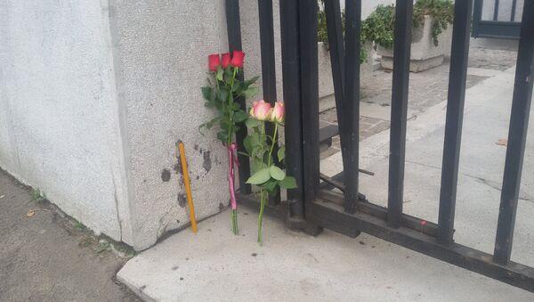 Cveće ispred zgrade francuske ambasade u Beogradu - Sputnik Srbija