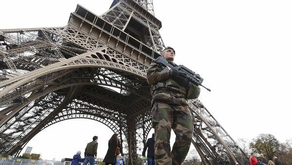 Francuska vojska u blizini Ajfelove kule dan nakon niza smrtonosnih napada u Parizu, 14. novembar 2015 - Sputnik Srbija