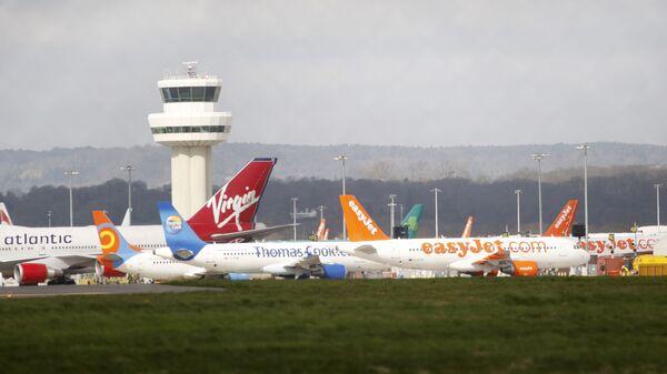 Авиони стоје беспослени на лондонском аеродрому Гетвик, Енглеска - Sputnik Србија
