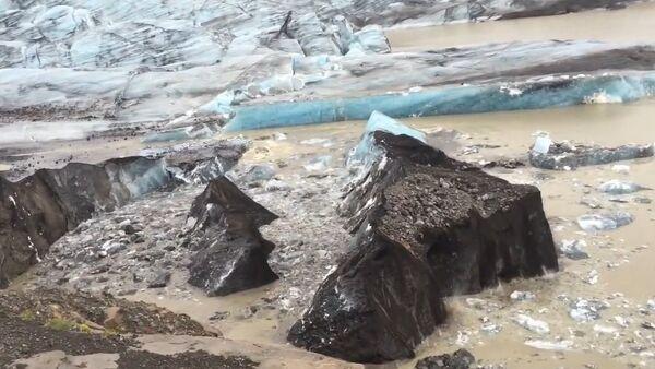 Iceberg Covered with Volcanic Ash Breaking Off from Svinafellsjokull Glacier in Iceland - AMAZING! - Sputnik Srbija