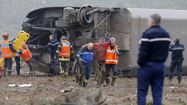 Rescue workers carry a victim from the wreckage of a test TGV train that derailed and crashed in a canal outside Eckwersheim near Strasbourg, eastern France, November 14, 2015 - Sputnik Srbija