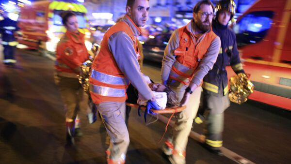 Evakuacija žene iz Bataklan pozorišta nakon pucnjave u Parizu, petak 13. novembar 2015 - Sputnik Srbija