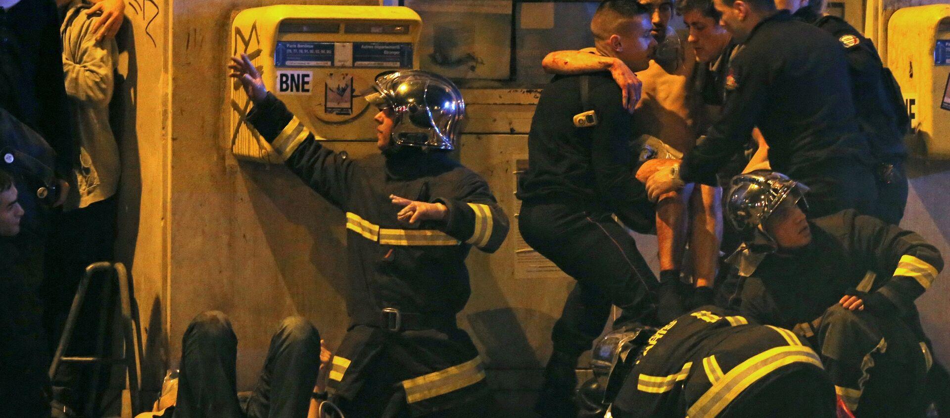 Francuski vatrogasci pomažu povređenom momku u blizini Bataklan koncertne dvorane nakon pucnjave u Parizu, Francuska, 13. novembra 2015 - Sputnik Srbija, 1920, 14.11.2015