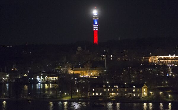 Kaknastornet, the Swedish TV signal tower in Stockholm, is illuminated in the French colors blue, white and red in honor of victims of the November 13th attacks in Paris. - Sputnik Srbija
