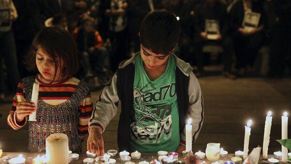 Deca na Kipru pale sveće za žrtve terostičkog napada u Parizu - Sputnik Srbija
