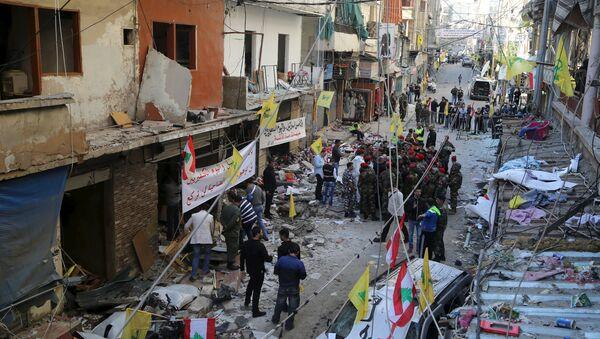 Libanski vojnici i snage bezbednosti oko libanske i zastave Hezbolaha podignutim na mestu eksplozije koja se desila u četvrtak u južnom predgrađu libanske prestonice Bejrut, 13. novembar 2015. - Sputnik Srbija